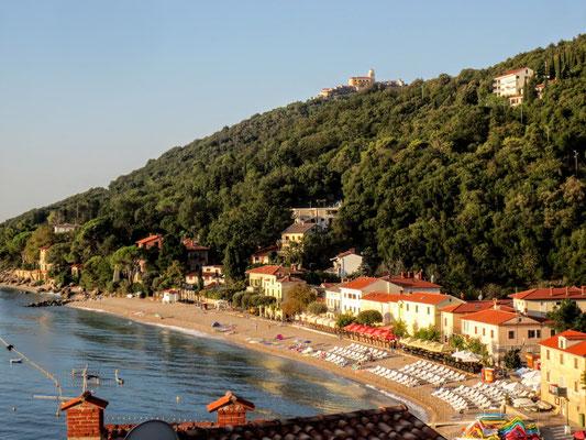 Der traumhafte Strand von Mošćenička Draga und das darüber thronende mittelalterliche Städtchen Mošćenice