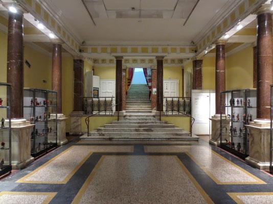 Im Inneren des Kärntner Landesmuseums, Den Schlussstein im Stiegenaufgang legte Kronprinz Rudolf