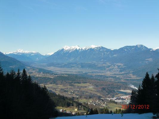 Schöner Blick vom Dreiländereck ins Gailtal mit der schneebedeckten Spitzegelgruppe im Hintergrund