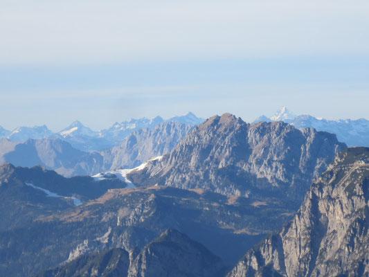Skigebiet Nassfeld mit Gartnerkofel, rechts im Hintergrund der höchste Berg Österreichs, der Großglockner