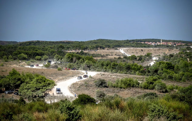Massenandrang auf staubiger Straße zum südlichsten Punkt Istriens