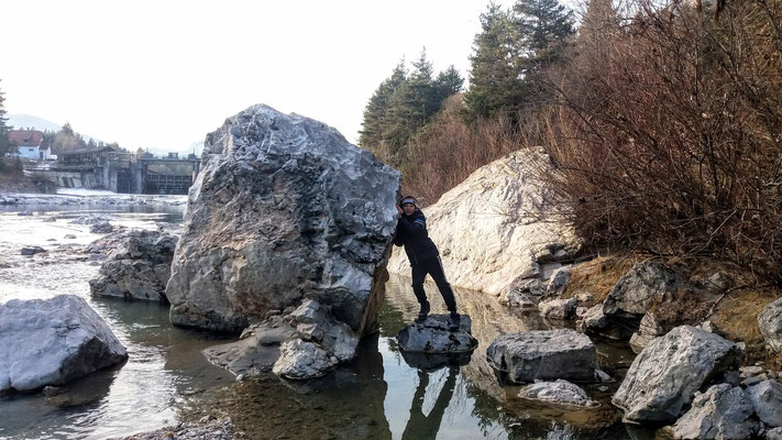 Riesige Felsbrocken vom Bergsturz liegen im Flußbett der Gail