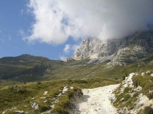 In der Bildmitte die Bergscharte Forca dei Disteis (2201 m) mit Montaschgipfel (2753 m) im Nebel