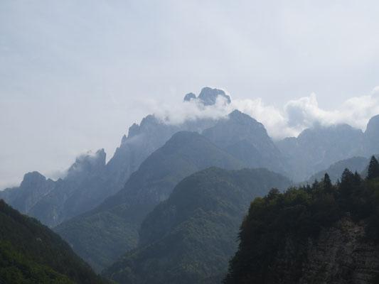 Der mächtige Montasch trohnt über dem Dogna-Tal