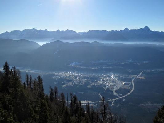 Blick hinunter nach Arnoldstein mit der Südautobahn - am Horizont die Julischen Alpen