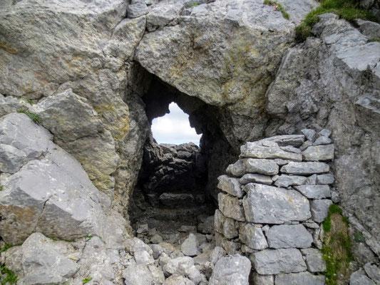 Der Grat des Monte Zermula ist übersäht von Kriegsstellungen und Kavernen aus dem 1. Weltkrieg