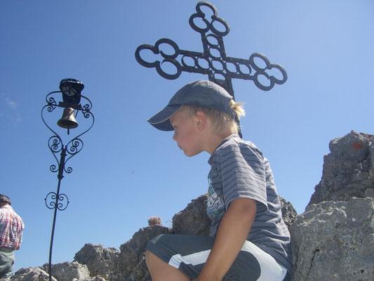 Am Gipfel des Steinerner Jäger steht neben dem schönen Gipfelkreuz eine Glocke