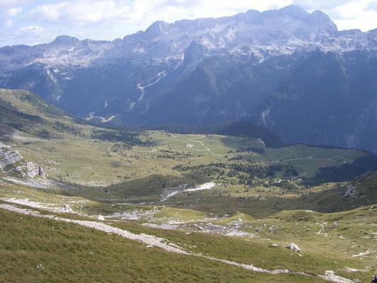 Blick hinunter von der Forca dei Disteis zu den weitläufigen Montasch-Almen