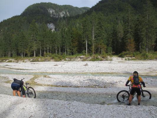 Die matschigen Bikes bekommen wir im Seiserabach wieder sauber