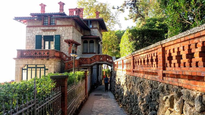 Der Lungomare von Mošćenička Draga am südliche Ortsende führt vorbei an einer schönen Villa aus österreichischer Zeit