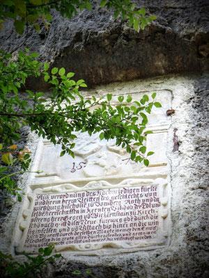 Wappeninschrift-Stein unter der Burgruine Federaun