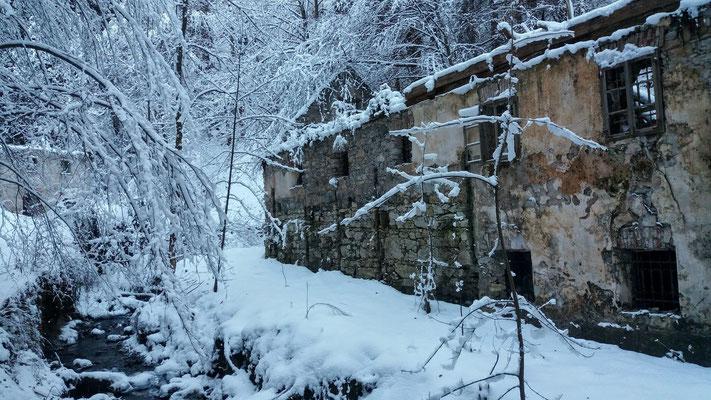 Verlassenes Haus im Graben am Weg zum Wasserfall