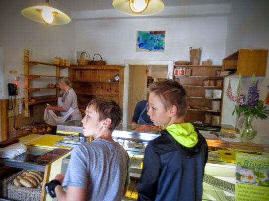 Jan und Pascal holen Proviant in der sehenswerten alten Bäckerei Wiegele in Nötsch