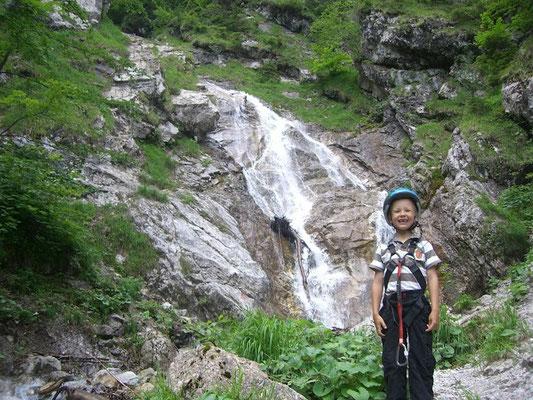 Der Einstieg in den Rotschitza-Kletterteig führt spektakulär neben dem Wasserfall hinauf