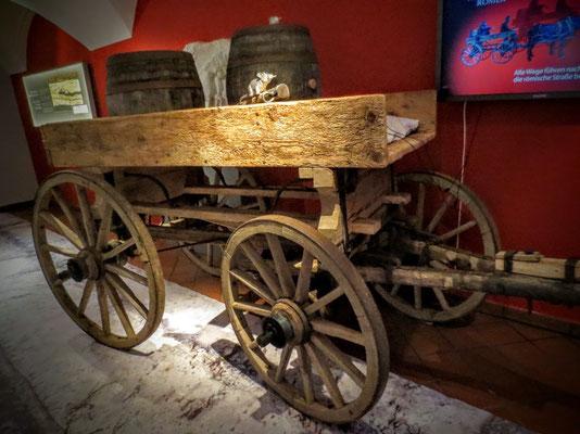 Nachbau eines römischen Wagens wie er früher auf den Römerwegen unterwegs gewesen sein soll
