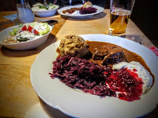 Bestes Gulasch mit Rotkraut und Semmelknödel von Hüttenwirtin Anneliese
