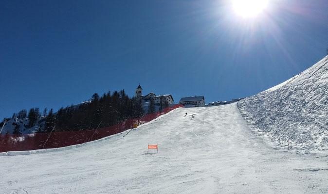Blauer Himmel und strahlender Sonnenschein über dem Luschariberg