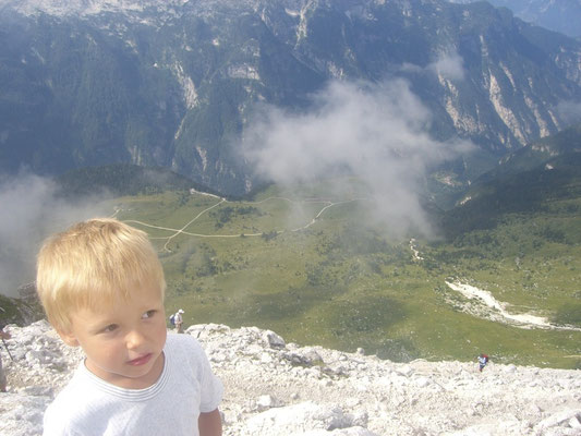 Blick vom Gipfel des Cima di Terrarossa hinunter auf die Pecol-Alm