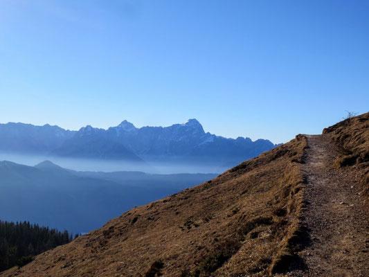 Beginn des Dobratsch-Jägersteiges - im Hintergrund die Julischen Alpen mit Jalovec und Mangart