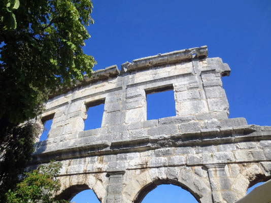 Plötzlich steht es vor uns - Das römische Amphitheater in Pula - beeindruckend und faszinierend!
