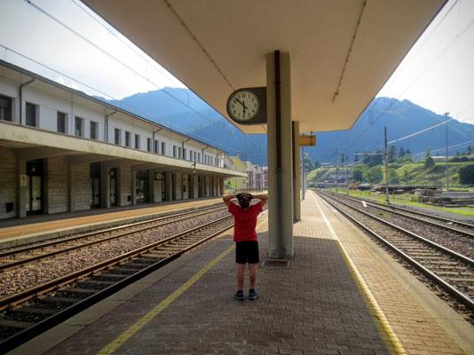 Warten auf den Micotra-Radzug am Bahnhof in Pontebba