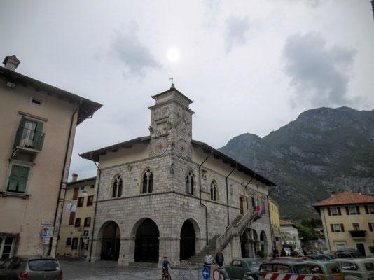 Am Hauptplatz von Venzone