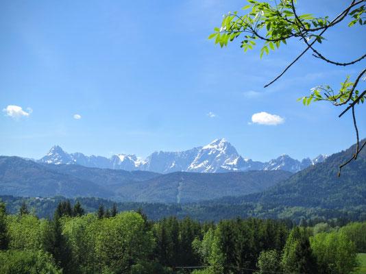 Blick nach Süden zum Ende Mai noch schneebedeckten Mangart