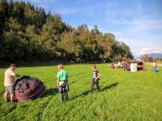 Peter Flaggl jun., Chef der Flaggl Ballooning GmbH beginnt mit dem Auspacken des Ballons