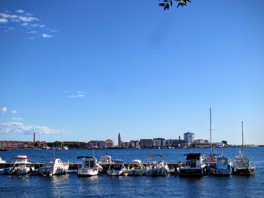 Blick über den Hafen auf Umag