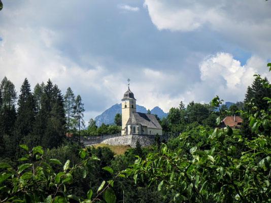 Die idyllisch gelegene Kirche von Coccau bei Tarvis
