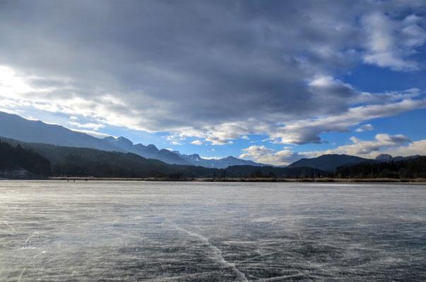 Blick vom Presseggersee zum Skigebiet Nassfeld