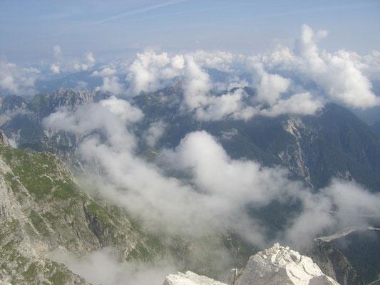 Blick hinunter zum Somdogna-Pass, unter den Wolken der Malborgether Mittagskofel (Jof di Miezegnot)