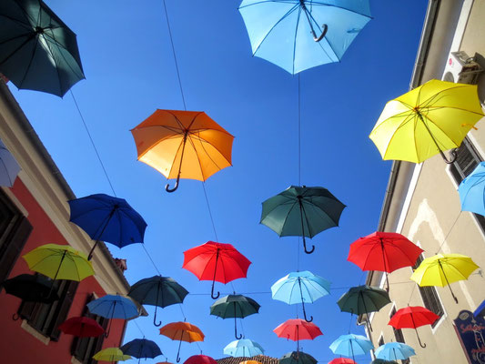 Interessantes Kunstprojekt bunte Regenschirme in der Altstadt von Novigrad
