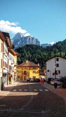 Der Hauptplatz von Paularo mit dem Monte Sernio im Hintergrund