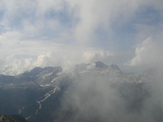 Blick zur gegenüberliegenden Kanin-Gruppe mit der Skiabfahrt nach Sella Nevea