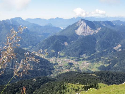 Blick vom Gipfel des Monte Zermula auf den malerischen Ort Paularo