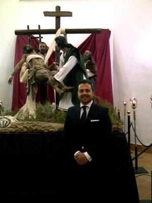 Manuel Martín Nieto, el escultor e imaginero que ha tallado el grupo, posa con el.