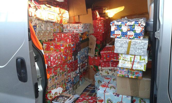 Ein Kleinbus voller Geschenke...