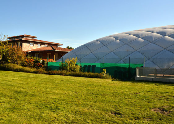Freifläche vor der Tennishalle
