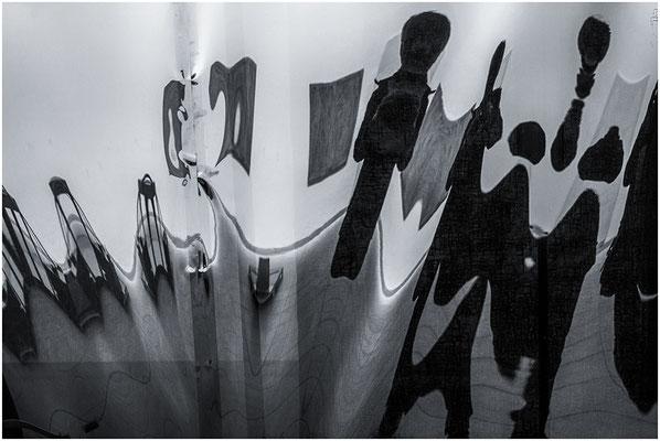 Spiegelung in den Falten einer schwarzen Folie