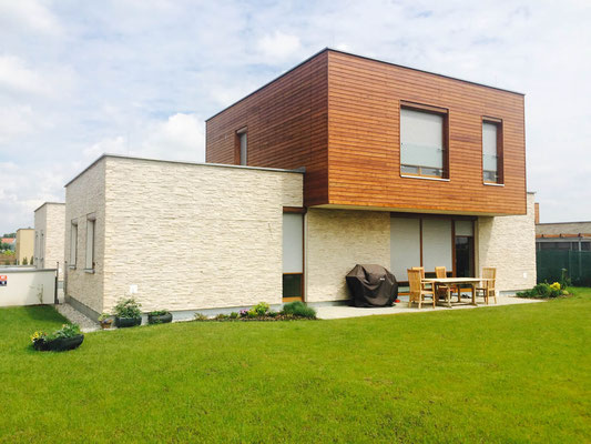 Moderne Steinfassade mit weissen Verblendsteinen