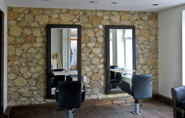 Friseurladen in rustikaler Steinoptik
