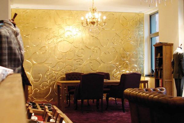 Vergoldete Akzentpaneele als exklusive Wanddekoration