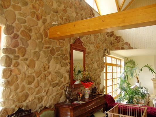 Wohnzimmer Wandverkleidung in Fluss- Steinoptik