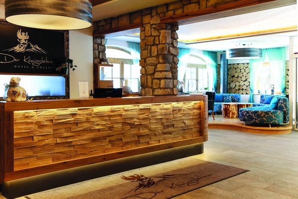 Säulenverkleidung in Steinoptik - Bar mit Holzverkleidung