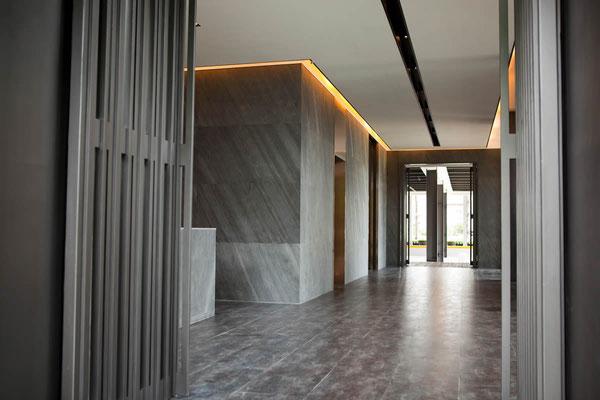 Hotel Eingangsbereich - Wandverkleidung mit Dünnschiefer