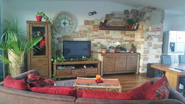 Wohnzimmerwand in mediterraner Steinoptik - Verblenderstein Piedra Sol Ibiza