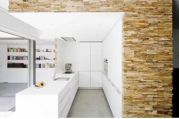 Küche mit exklusiver Holz- Wandverkleidung