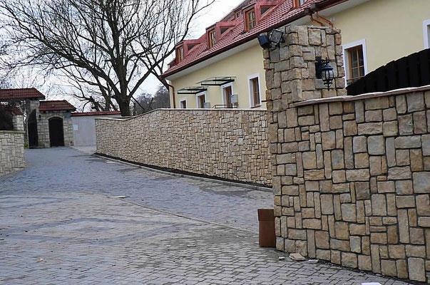 Einfahrt Mauerverkleidung in Burgstein- Optik