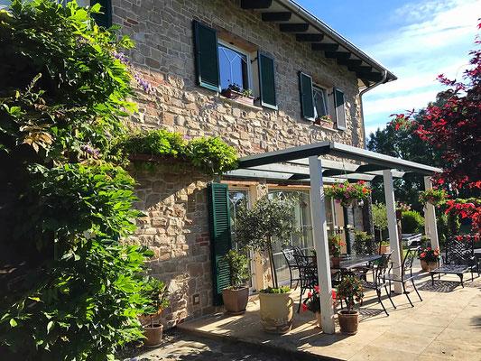 Rustikale mediterrane Steinfassade - Sol Ibiza mit tiefer Fugenbildung